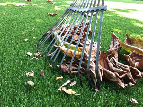 Kunstrasen im Herbst von Laub befreien