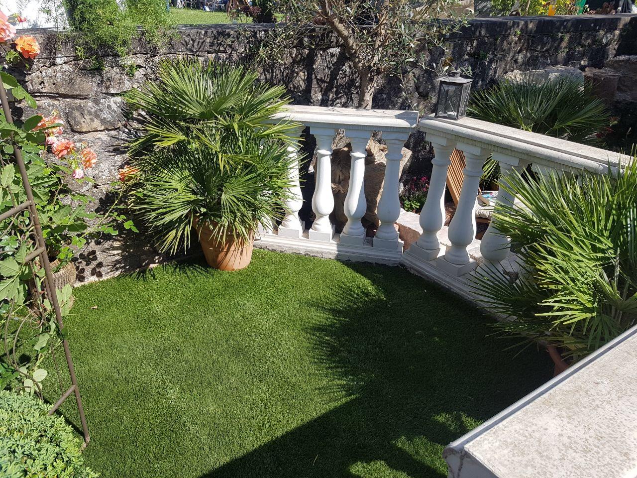 Kleines Kunstrasenstück im Garten