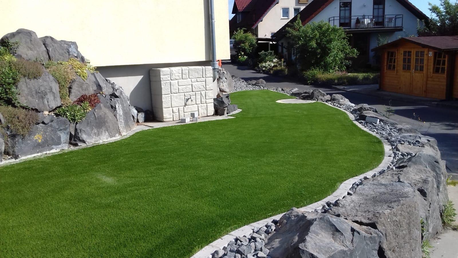 Kunstrasen in einem Vorgarten